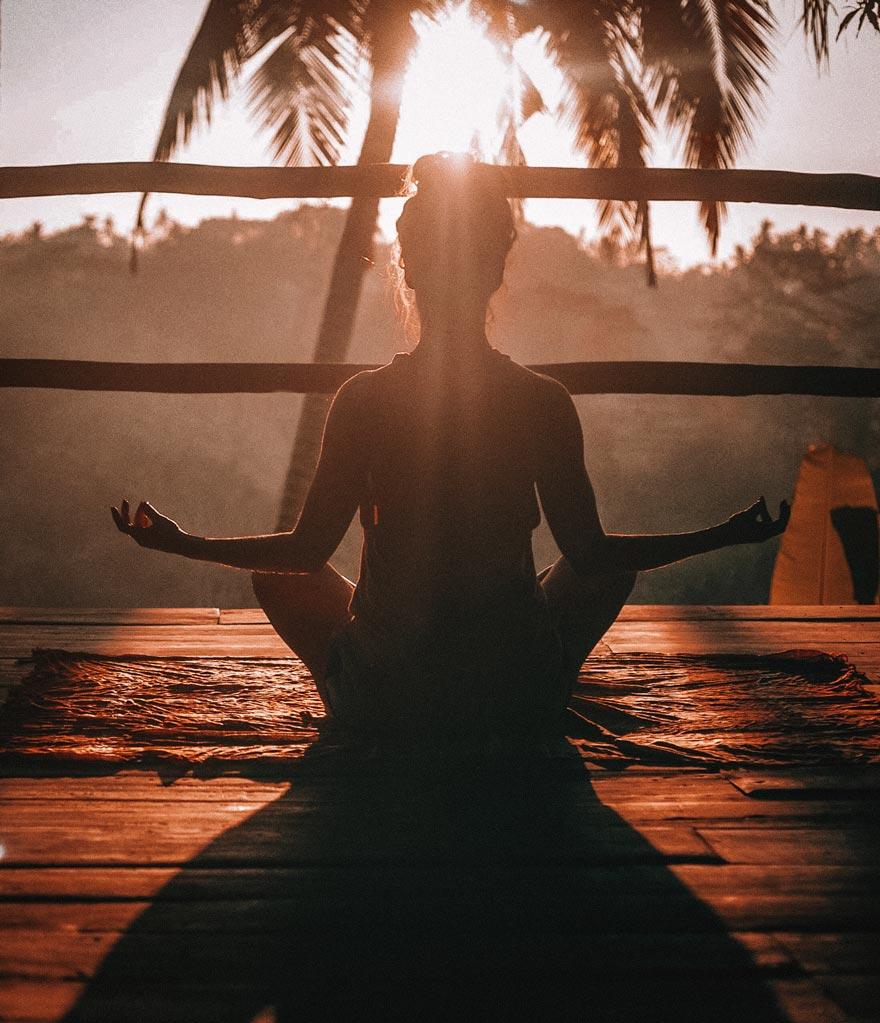 Masseuse Laura en pleine méditation et de relaxation devant un paysage naturel et montagneux à Mours proche de l'Isle-adam