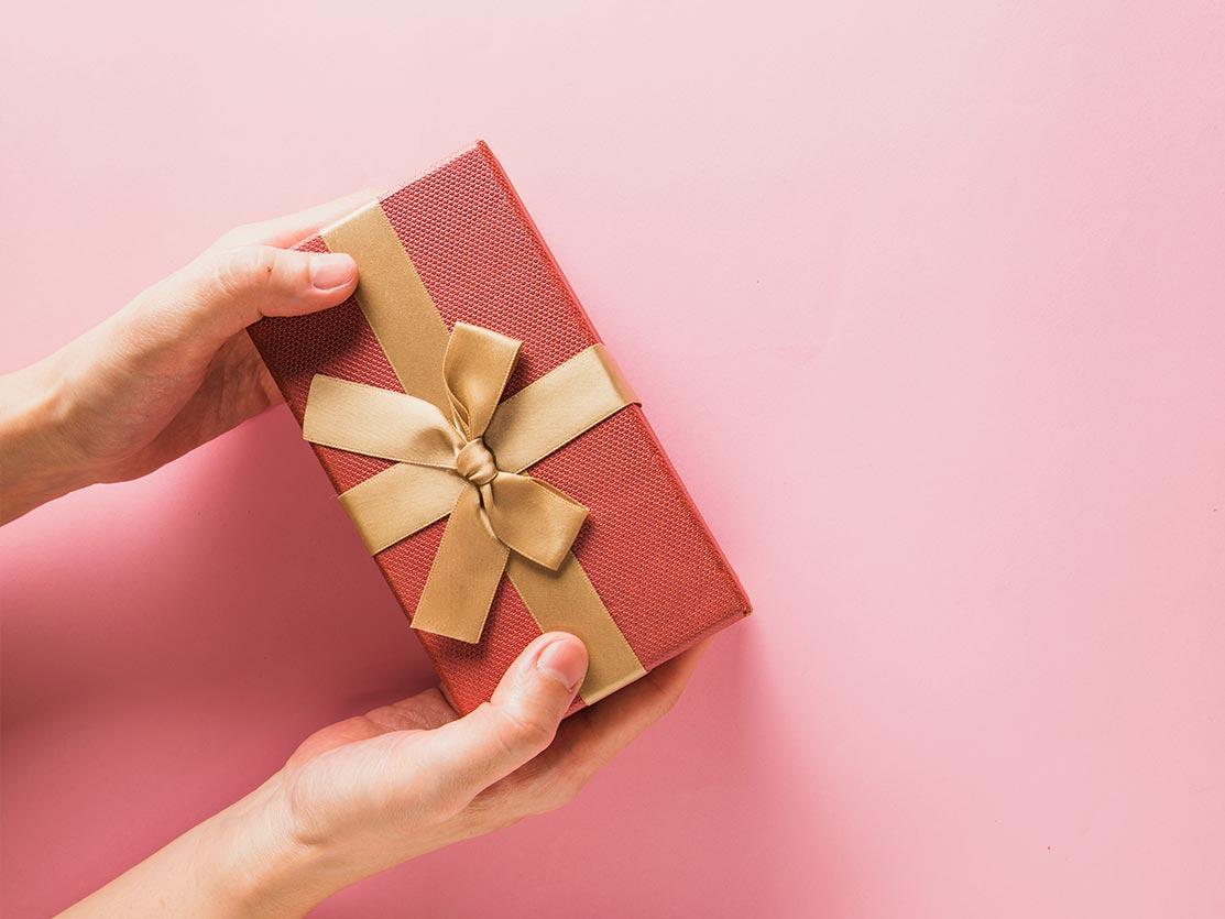 une personne offre une carte cadeau à Mours proche de l'Isle-adam