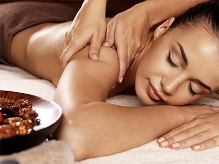 Massage californien au niveau des épaules d'une femme dans un espace bien-être du Global fitness à Mours proche de l'Isle-adam