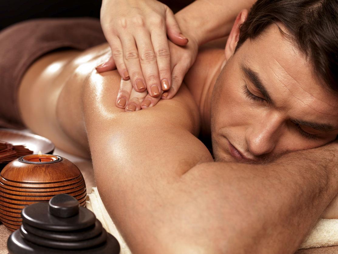 Massage sportif à Mours proche de l'Isle-adam sur un homme pour dénouer les tensions des épaules