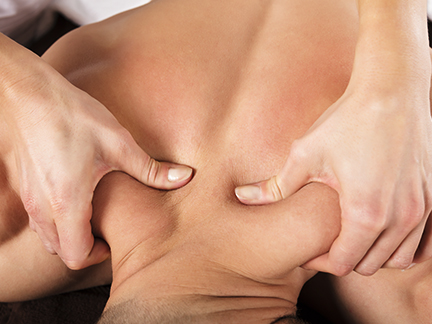 Un massage sportif en tonicité au niveau des épaules d'un homme afin de dénouer les tensions à Mours proche de l'Isle-adam